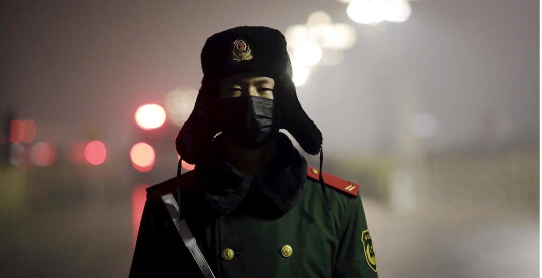 北京雾霾红色预警 天安门武警首次戴口罩执勤