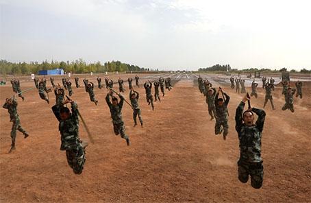 64名武警戰士1分鐘應急棍術大演練