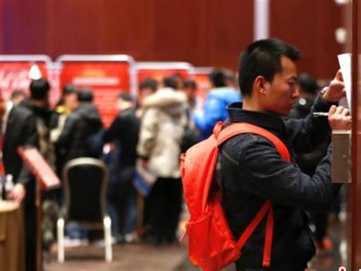 北京举行服役武士失业双选会 约六成现场告竣意向