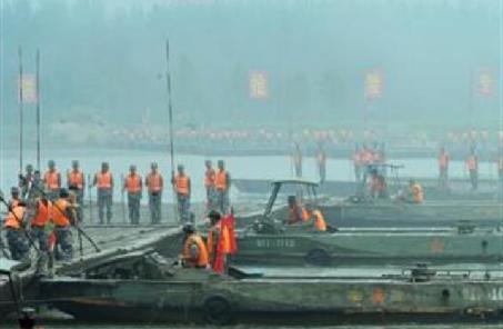 不懼嚴寒 28名勇士水中架浮橋