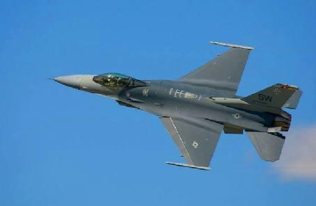 美一架F-16戰鬥機訓練時墜毀