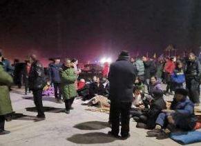 新疆喀什地區地震 解放軍和武警部隊官兵星夜馳援救災