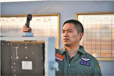 對話海軍某艦載航空兵部隊著艦指揮官張敏