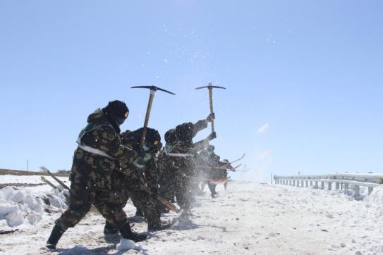 武警某部交通第三支隊:官兵晝夜破冰除雪保暢通