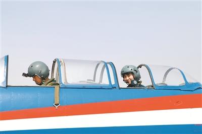 空軍首批女飛行教官帶教學員徵戰藍天