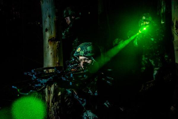 武警廣西總隊夜間反恐演練 錘煉打贏能力