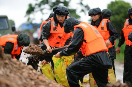 武警江西總隊南昌支隊緊急處置新建區新培圩管涌險情