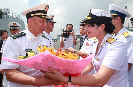 中国海军 2000 远航访问编队结束访问越南