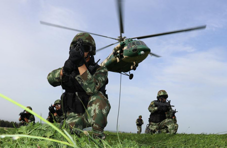 新疆軍區某陸航旅舉行跨軍種聯合實戰化訓練