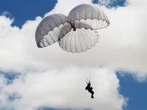 陸軍八十軍某旅黨委常委立身為旗跳傘打頭陣