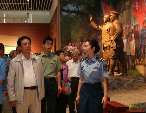 90年,赴一場找尋之約——老戰士、老同志參觀建軍90周年主題展覽側記