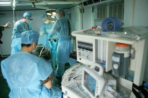 中國軍事醫學專家組助力塞拉利昂泥石流救災工作