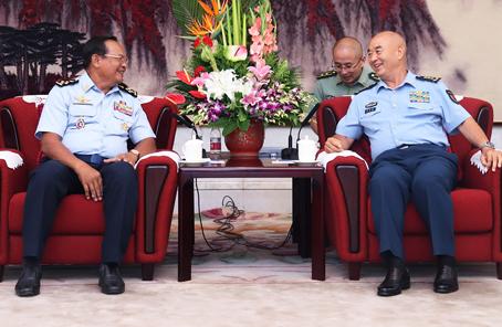 許其亮會見柬埔寨空軍司令