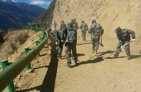林芝軍分區組織官兵民兵在震中地區全力救援