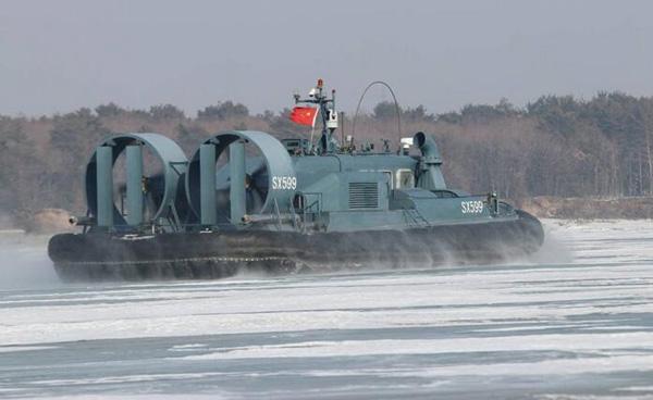 陸軍邊防部隊氣墊船罕見亮相 冰河上行走自如