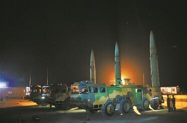 號手就位:火箭軍某導彈旅節日期間開展夜間訓練