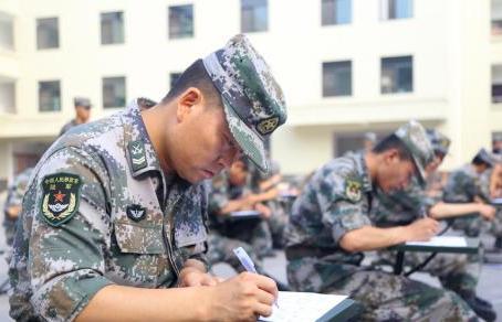 """77軍某旅積極引導官兵自覺踐行""""兩不怕""""精神"""
