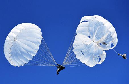 撼!空降兵唯一機械化作戰力量晝夜集群傘降