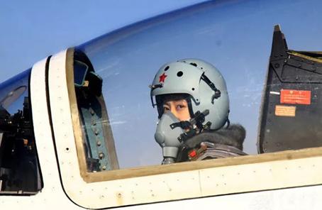 空軍第十批女飛行學員進入高教機夜航訓練