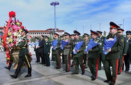 上合組織多國國防部長向人民英雄紀念碑敬獻花籃