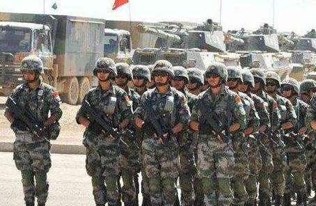 81軍某合成旅 68名訓練尖子成為頒獎典禮主角