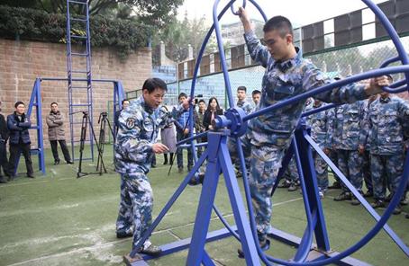 海軍首次組織青少年航空學校學員進行體驗