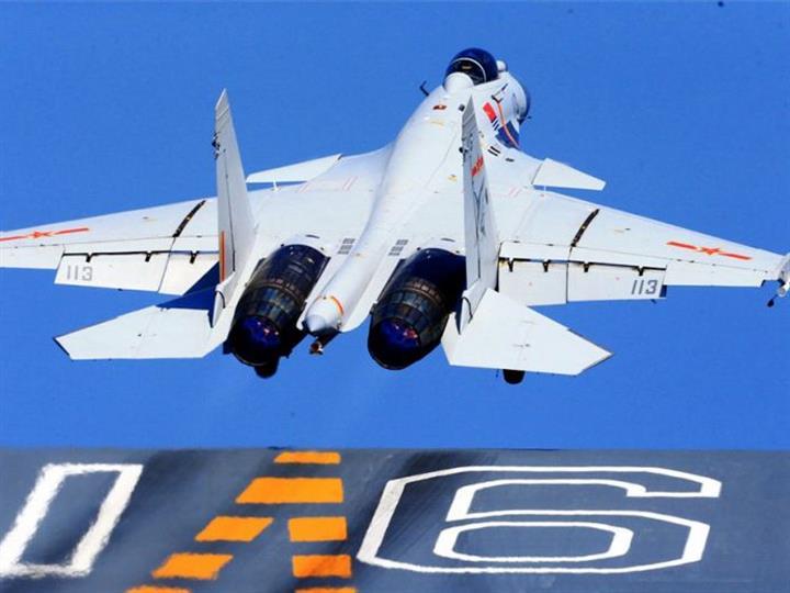 港媒稱中國海軍穩步提升戰力:殲15彈射起飛上萬次