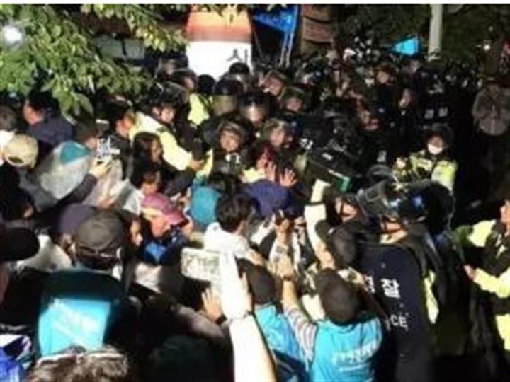 """韓民眾阻攔儲油罐入""""薩德""""基地 與警方發生衝突"""