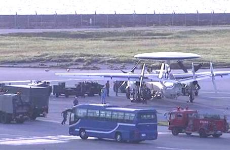 日航空自衛隊E2C預警機著陸後爆胎 致多跑道關閉