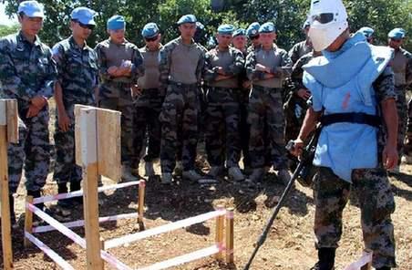外国官兵参观学习中国赴黎维和官兵扫雷排爆作业
