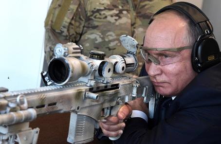 普京视察武器展 测试新狙击枪秀枪法