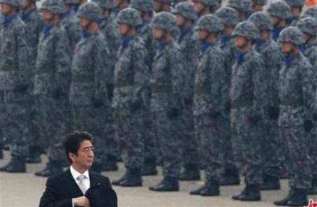 安倍出席自卫队检阅仪式 暗示为自卫队修宪
