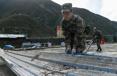西部戰區指揮部隊高效開展金沙江堰塞湖救災行動