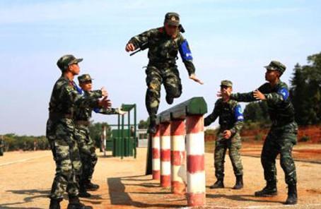 直击现场:看武警官兵向极限冲锋