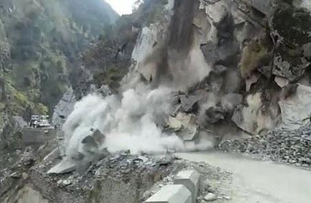 武警某部紧急驰援陕西省勉县地质灾情排险
