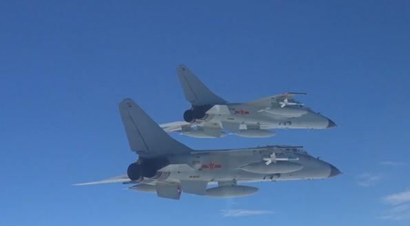 """南部戰區海軍航空兵新年開訓!飛豹鎖定""""敵機""""果斷攻擊畫面緊張"""