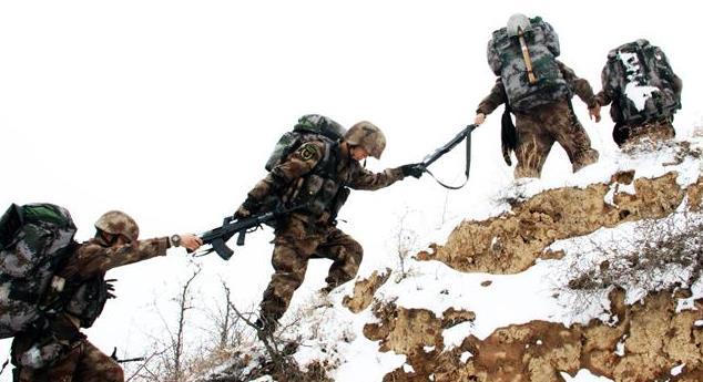 解放軍邊防戰士個人物資大升級:硅膠碗速幹毛巾高性能電池一應俱全