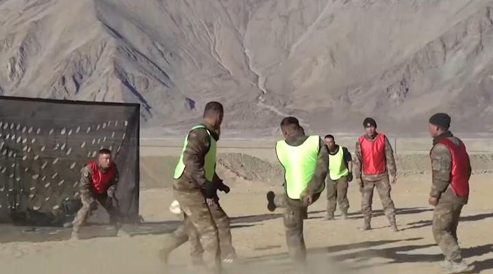 厲害!邊防戰士海拔4300米踢足球