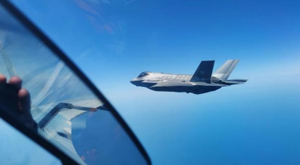 俄軍重型戰鬥機又秀硬核操作 強行逼退北約F35