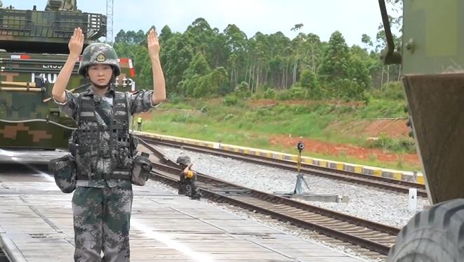 好樣的!00後女兵把裝甲車開上火車