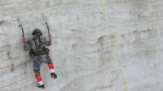 挑戰極限!西藏偵察兵海拔5600米爬冰壁