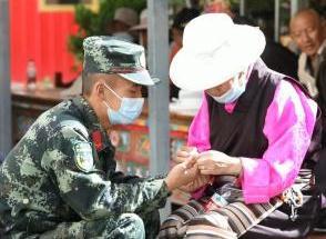 武警四川總隊甘孜支隊慰問駐地孤寡老人