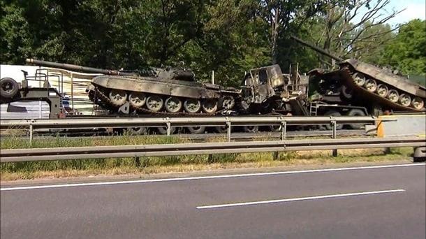 俄外交部:波蘭發生重大交通事故,運載坦克拖車起火燃燒