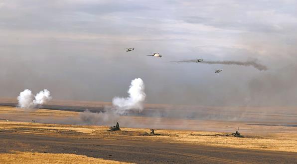 """""""和平使命2021""""首次實彈演練見聞:數百輛戰車突擊震撼人心"""