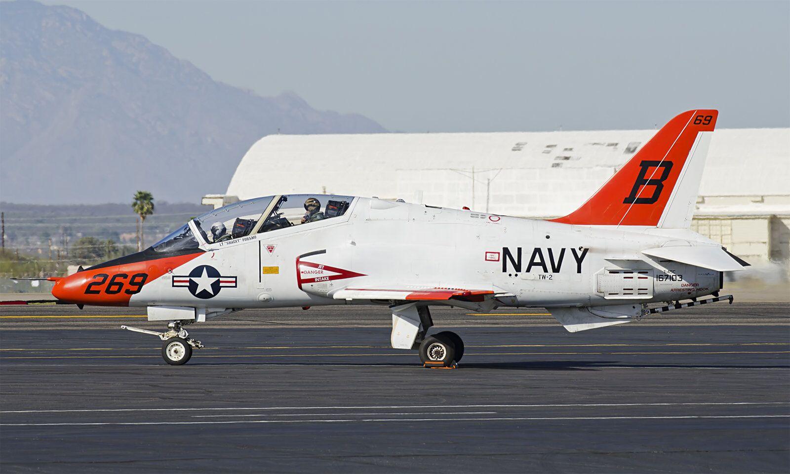 美海軍高教機墜毀:壓壞3座房屋 2名飛行員受傷