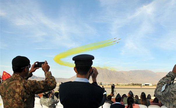 中國空軍八一飛行表演隊在巴基斯坦進行飛行表演