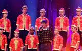 譚維維與兒童合唱團合唱