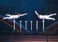 演員汪靜、高鴻陽在晚會上表演雜技《頂——太極》