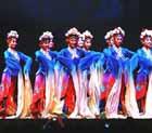 藝術團演員們表演飽含中國國粹京劇色彩的舞蹈