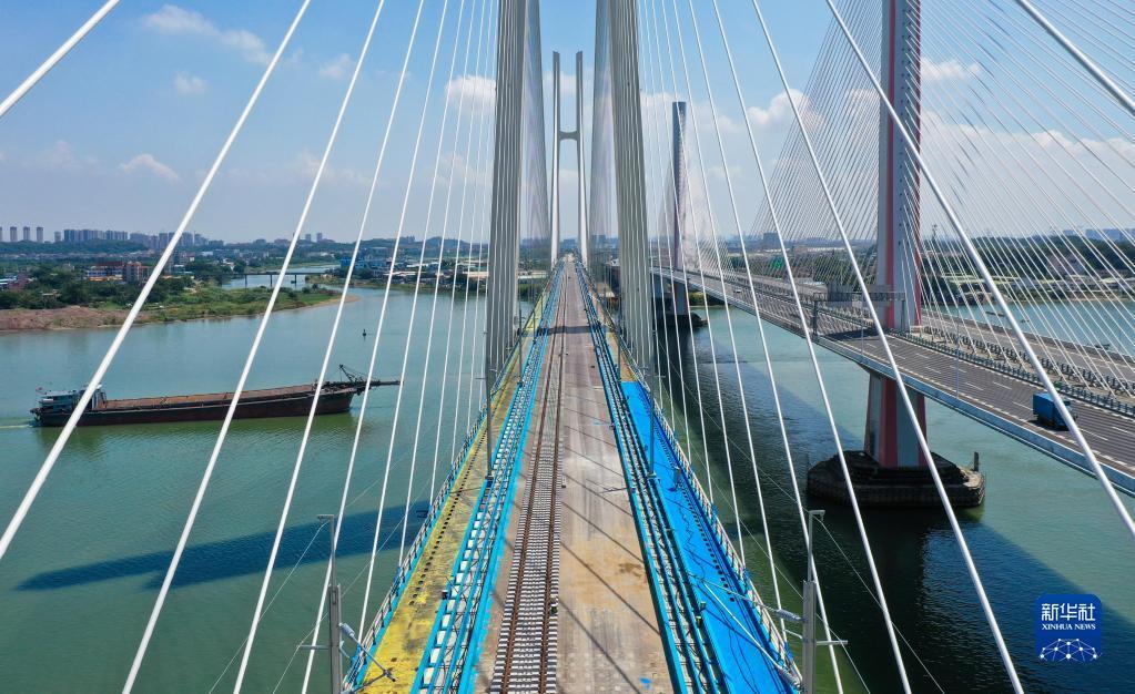 广州南沙港铁路跨西江特大斜拉桥完成左线铺轨
